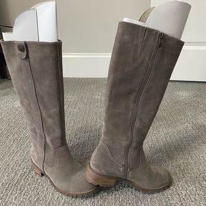 BJORNDAL Knee high suede boot in taupe. Sz: 7